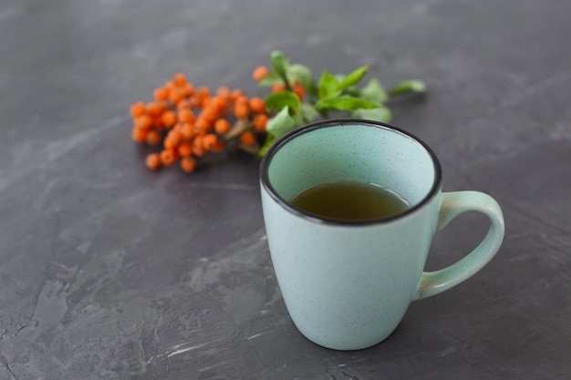 Primo piano tazza di ceramica con tè aromatico