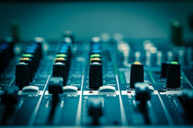 Primo piano una parte del mixer audio, stile cinematografico vintage, concetto di attrezzature musicali