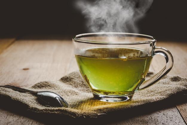 Primo piano una tazza di tè verde su tela di sacco