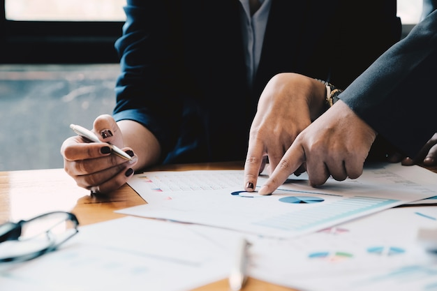 Primo piano uomini d'affari riuniti per discutere la situazione sul mercato. concetto finanziario di affari