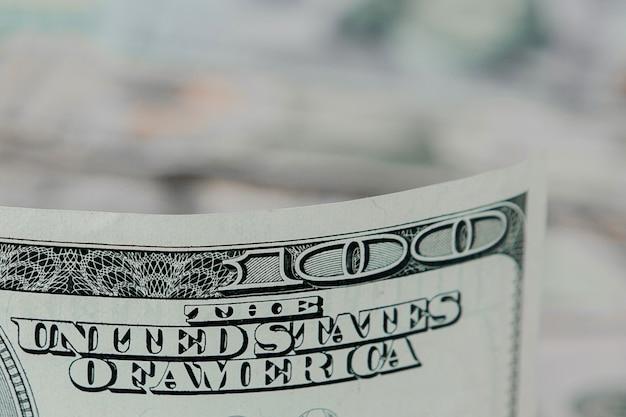 Primo piano variopinto del fondo dei soldi. dettagli delle fatture delle banconote in valuta nazionale americana. simbolo di ricchezza e prosperità. concetto di cassa, affollamento e finanze