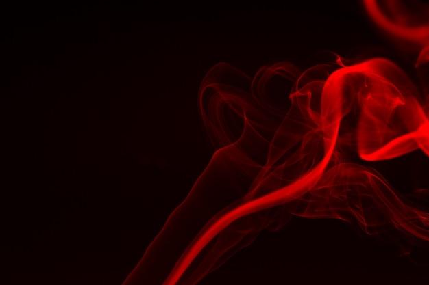Primo piano variopinto del fumo su una priorità bassa nera