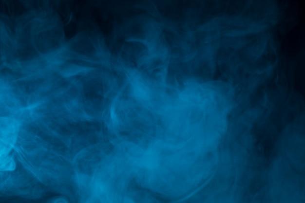 Primo piano variopinto del fumo sul nero