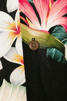 Primo piano variopinto della camicia floreale