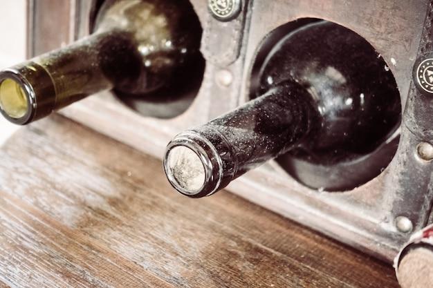 Primo piano vino vecchio d'epoca in legno