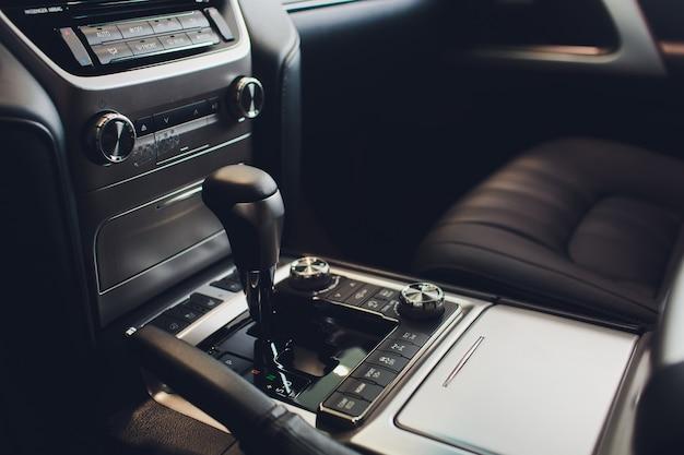 Primo piano vista di una leva del cambio. cambio manuale. dettagli interni auto. trasmissione auto. luci soffuse. vista astratta.