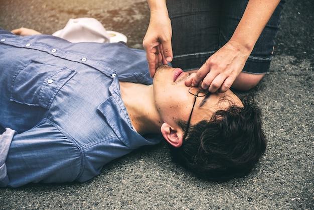 Primo soccorso cpr su un uomo che ha perso i sensi