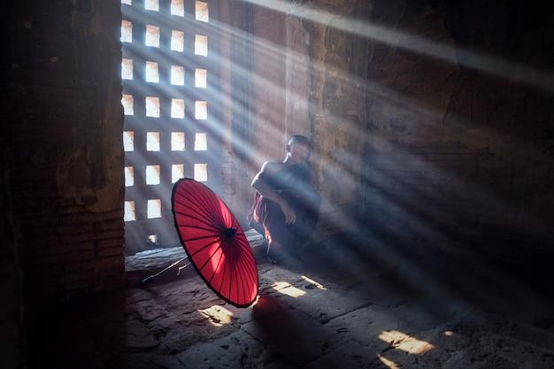 Principiante buddista birmano in pagoda, myanmar