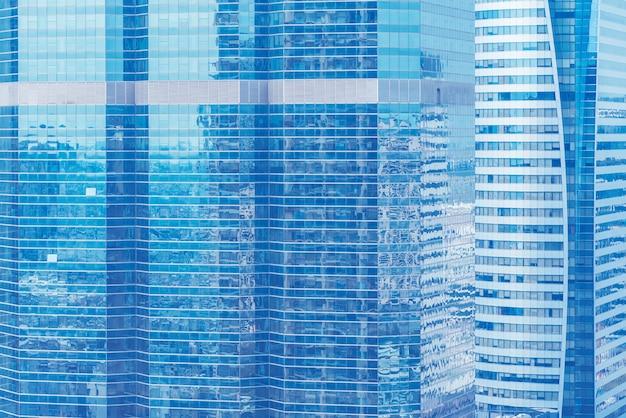 Priorità bassa astratta dalla finestra di vetro blu, alta costruzione moderna di affari nella città.