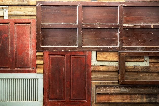 Priorità bassa astratta dalla parete di legno multicolore mista con luce solare