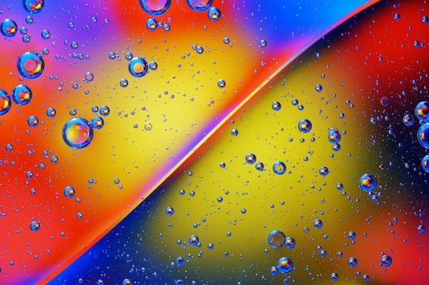 Priorità bassa astratta delle bolle variopinte sulla superficie di acqua e olio per il vostro disegno.