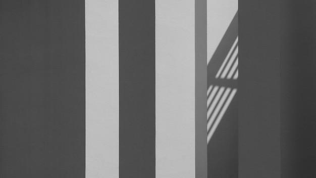 Priorità bassa astratta di una parete bianca con le ombre dalla finestra. - monocromatico