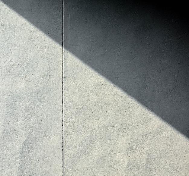 Priorità bassa astratta di una parete bianca con le ombre