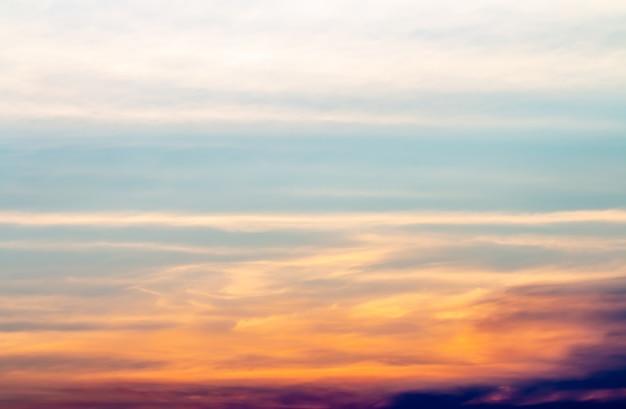 Priorità bassa astratta, paesaggio del cielo drammatico nella sera.