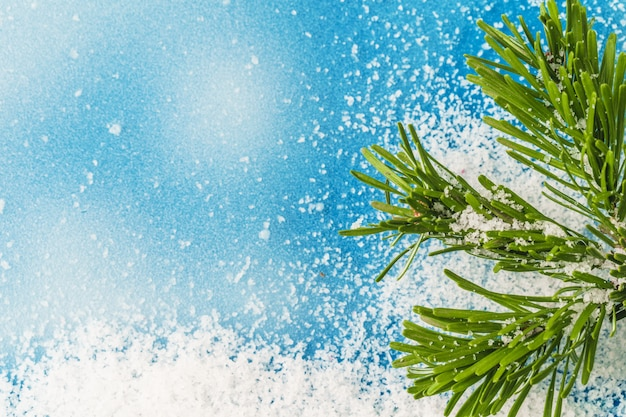 Priorità bassa blu ghiacciata di inverno con neve, spazio della copia