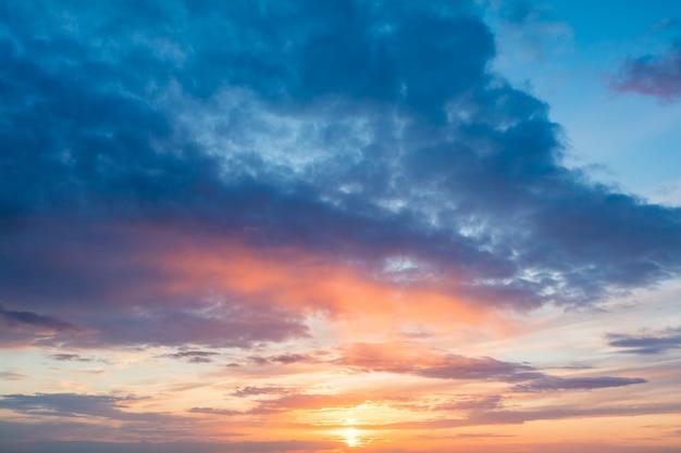 Priorità bassa calma del cielo al tramonto