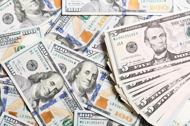 Priorità bassa con le banconote in dollari dell'americano dei soldi cento, orizzontali. vista dall'alto del business su sfondo con copyspace