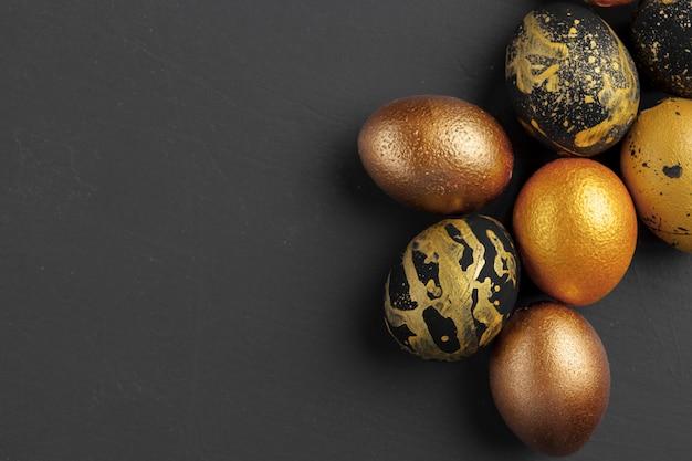 Priorità bassa con le uova di pasqua decorate dorate