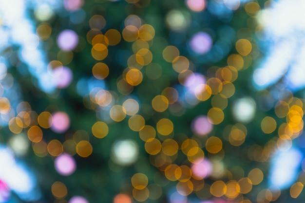 Priorità bassa defocused dell'albero di natale e luci e decorazioni di natale.