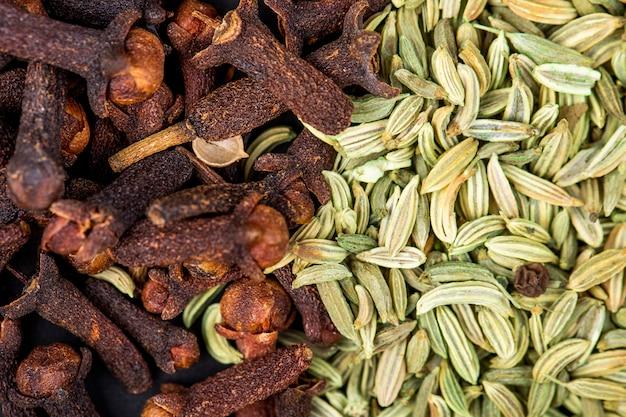 Priorità bassa dei semi di anice secchi con la vista superiore della spezia del chiodo di garofano
