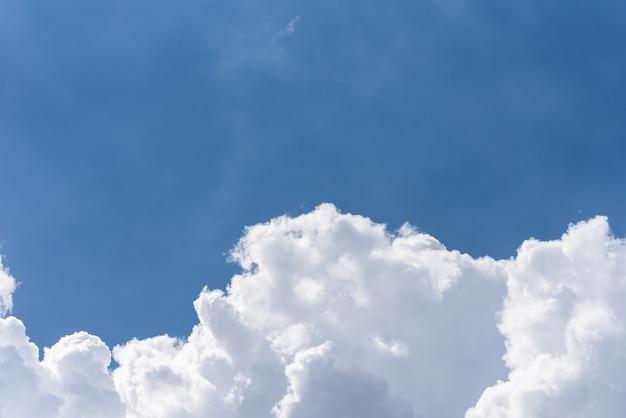 Priorità bassa del cielo blu con nuvole soffici