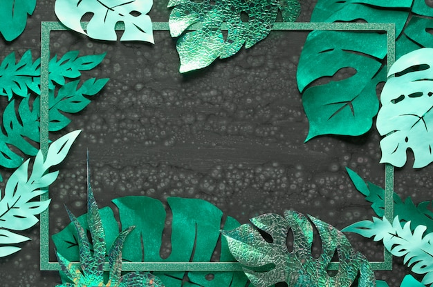 Priorità bassa del mestiere di carta, blocco per grafici con i fogli tropicali esotici con lo spazio del testo su oscurità
