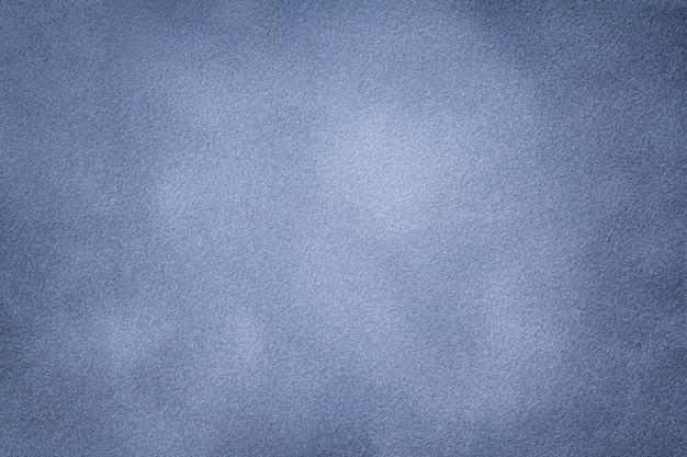 Priorità bassa del primo piano blu-chiaro del tessuto della pelle scamosciata.