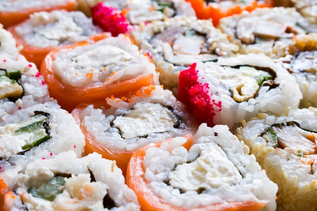 Priorità bassa del primo piano dei rulli di sushi