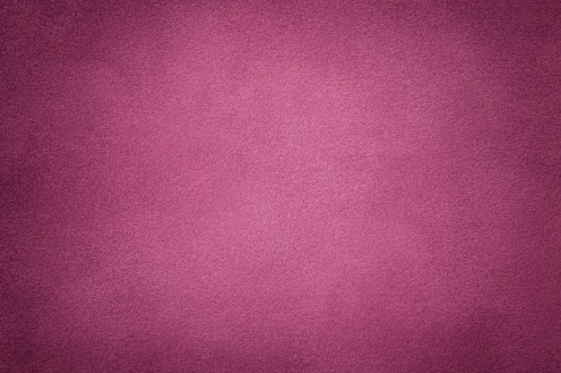 Priorità bassa del primo piano viola scuro del tessuto della pelle scamosciata. texture vellutata opaca di tessuto vinilico nabuk