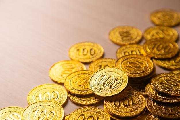 Priorità bassa della pila di monete d'oro con lo spazio della copia