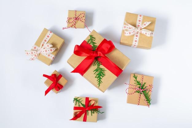 Priorità bassa di bianco di vista superiore dei contenitori di regalo di natale