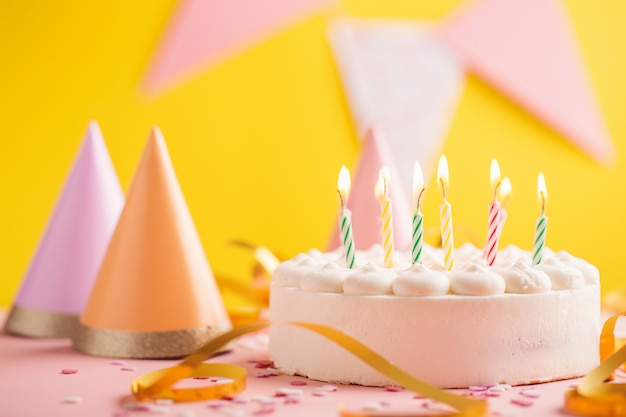 Priorità bassa di compleanno del partito con torta