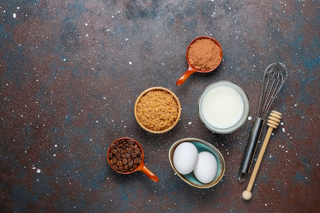 Priorità bassa di cottura del bigné con gli utensili della cucina.