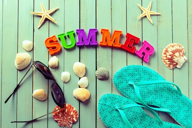 Priorità bassa di estate fatta di conchiglie e oggetti marittimi