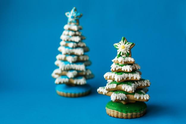 Priorità bassa di festa di nuovo anno di natale, biscotto rosso del pan di zenzero del calzino di natale su priorità bassa blu