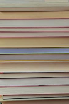 Priorità bassa di giorno del libro di mondo astratto. pila di libri