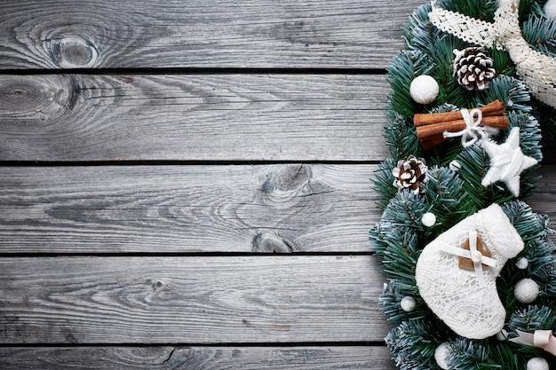 Priorità bassa di legno di natale con l'albero di abete della neve