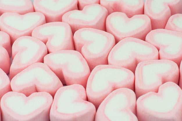Priorità bassa di marshmallows a forma di cuore rosa