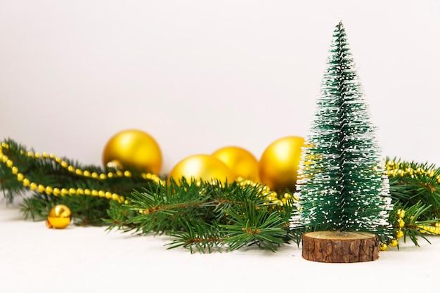 Priorità bassa di natale albero di natale verde con i giocattoli dorati su bianco