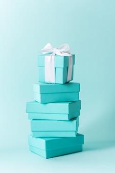 Priorità bassa di tempo di regali della pila di scatole