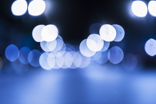 Priorità bassa luminosa blu-chiaro del bokeh