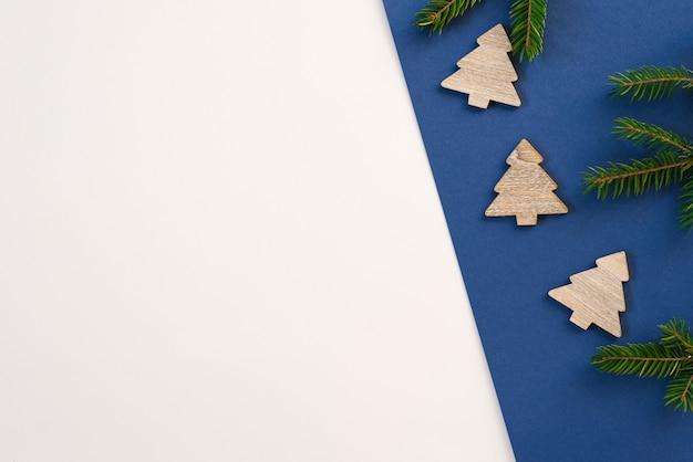 Priorità bassa multicolore variopinta luminosa festiva, alberi di natale in legno e rami di abete. copyspace. cartolina di natale minimalista di natale.