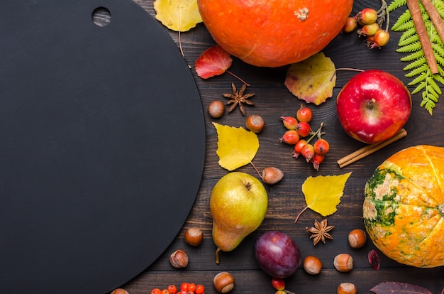 Priorità bassa scura di autunno con la scheda di gesso. distesi.