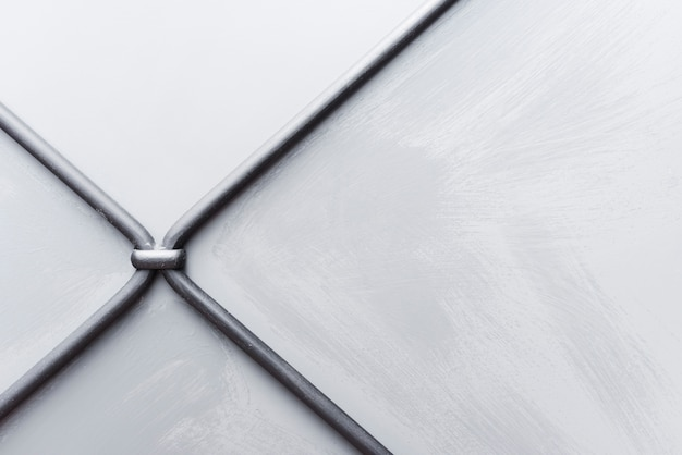 Priorità bassa strutturata bianca della parete con i collegare del metallo