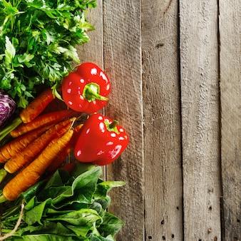 Priorità bassa variopinta della verdura dell'alimento. gustosi ortaggi freschi sul tavolo di legno. vista dall'alto con lo spazio della copia.
