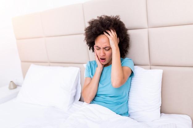Problema dei denti. sensazione di dolore al dente della donna. primo piano della ragazza triste che soffre dal forte dolore al dente.