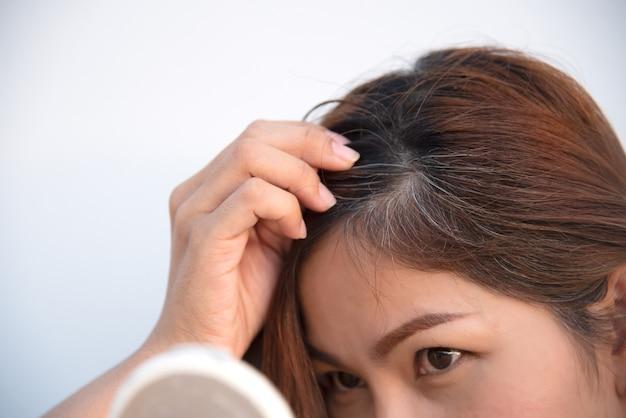 Problema di capelli grigi e perdita di capelli