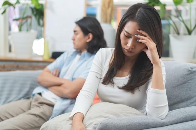 Problema di relazione coppie asiatiche che combattono a casa.