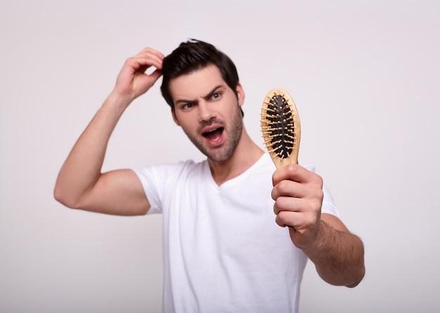 Problema serio di perdita di capelli del giovane per il concetto di prodotto medico e dello sciampo di sanità.