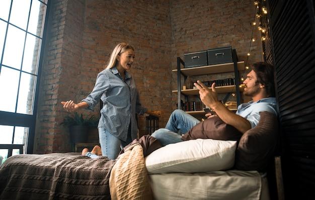 Problemi in camera da letto, coppia lotta a casa
